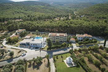 Zeus Studios & Apartments