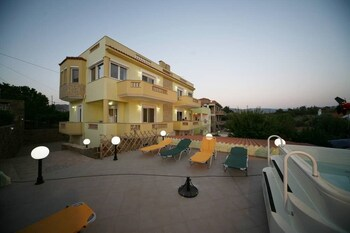 Studio Close To The Beach/ Garden With Jacuzzi & Bbq